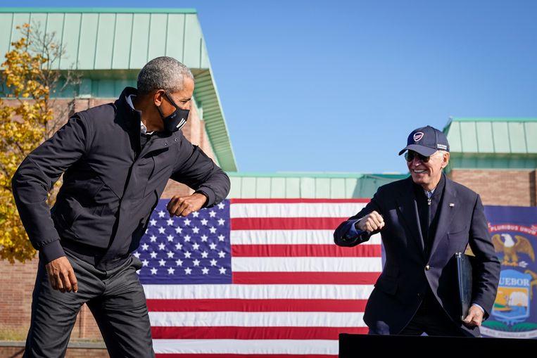 Onder meer oud-president Barack Obama toont zich bereid zich voor het oog van de natie te laten vaccineren. Beeld Getty Images