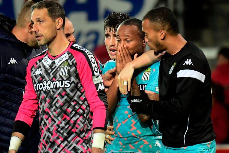 Marco Ilaimaharitra, een middenvelder van Charleroi, verlaat wenend het terrein in Mechelen na racistische uitspraken en gebaren van een KV-supporter.