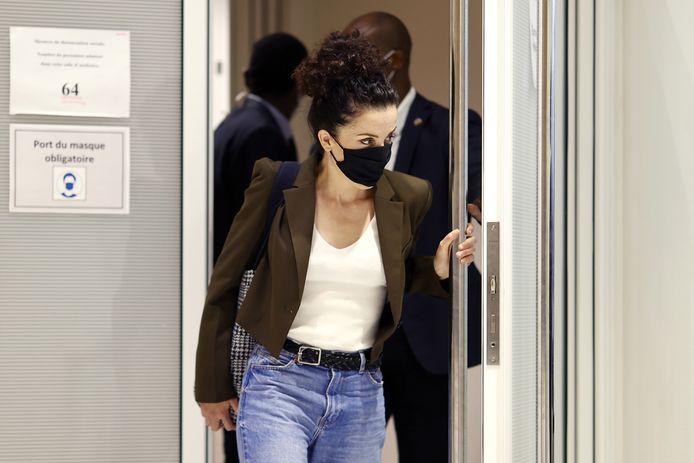 Cartooniste Corinne Rey verlaat de rechtszaal in Parijs na haar getuigenis in de zaak over de aanslag tegen Charlie Hebdo in 2015.