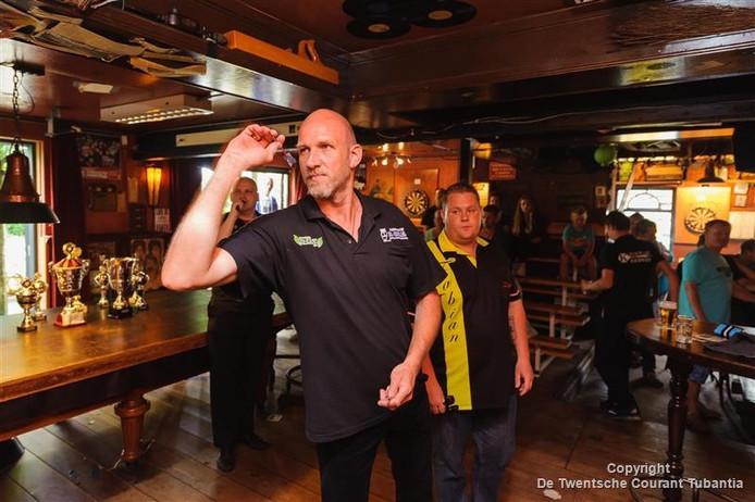 Cor Zorgdrager in actie in de finale van het Krembassy darts in Vroomshoop.