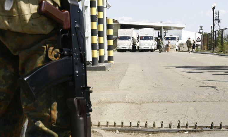 Vrachtwagens van het Russische hulpkonvooi wachten op toestemming van de douanecontrole bij het Donetsk-Izvarino checkpoint. Kiev vreest dat het konvooi een Trojaans paard is, een voorwendsel van Rusland om Oekraïne binnen te vallen. Beeld afp