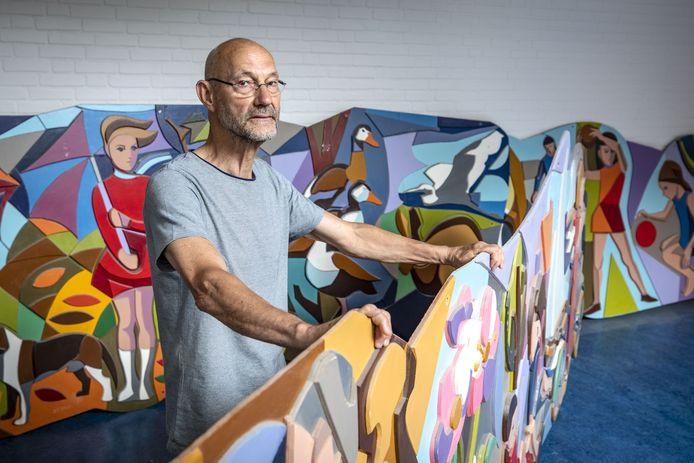 Oud-docent Toon Althanning maakt zich druk voor de grote wandsculptuur van Jan Gierveld die uit de school is verwijderd.