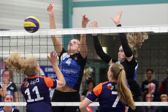Een damesteam van Deventer volleybalclub Avior (nummers 11 en 7) in actie.