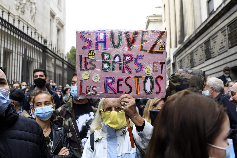 Honderden boze ondernemers kwamen vrijdag bijeen om te protesteren tegen de horecasluiting in Marseille. Beeld AFP