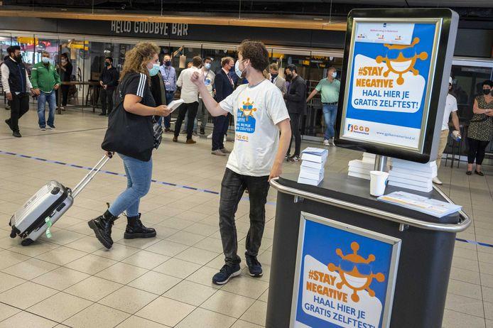 Terugkerende reizigers krijgen op luchthaven Schiphol een gratis zelftest uitgedeeld.