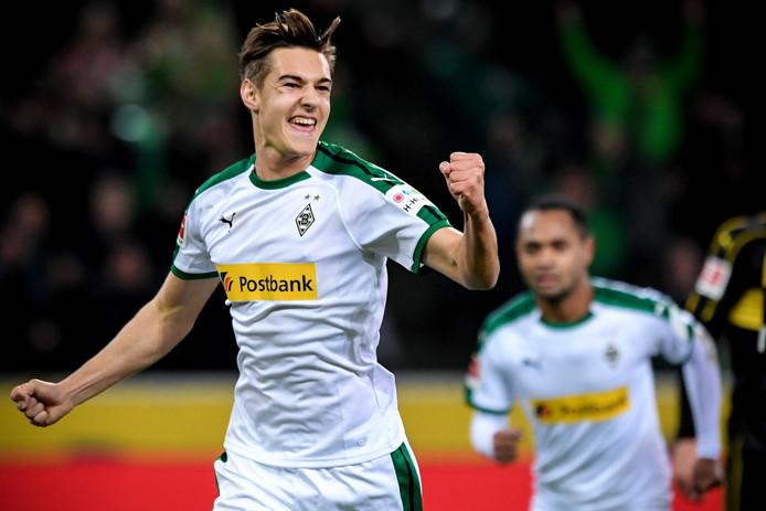 Florian Neuhaus juicht nadat hij Borussia Mönchenglabach op 2-0 heeft gezet tegen VfB Stuttgart.