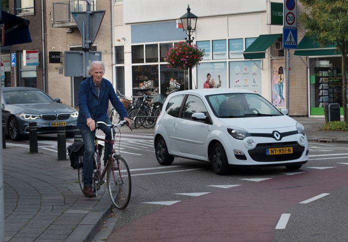 Veel mensen fietsen over de stoep om de gevaarlijke kruising te vermijden