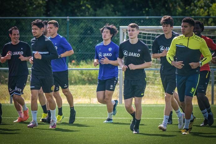 SK Tongeren is deze week gestart met de trainingen. De Eburonen verwachten veel van de Zuid-Koreaanse spits Sonny Baik (in het midden met lichtblauwe shirt).