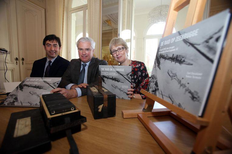 De tentoonstelling bouwt verder op het boek 'De raid op Zeebrugge'. Op de foto zien we Carl De Caluwé, ambassadrice Alison Rose, Tomas Termote bij de boekvoorstelling in 2015.