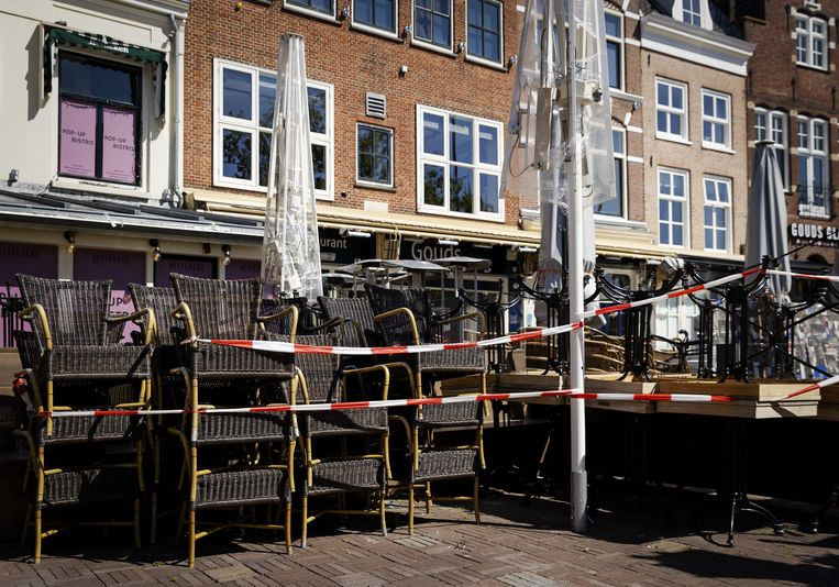 Lege en afgesloten terrassen op de Markt in Gouda.  Beeld ANP, Robin van Lonkhuijsen