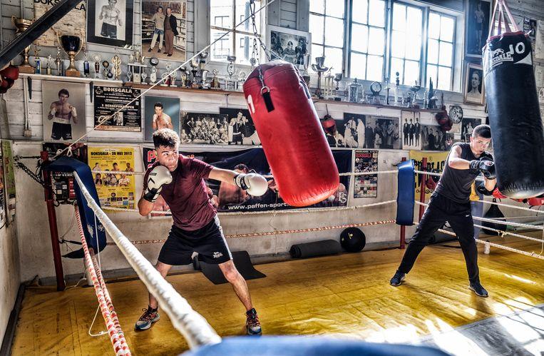 De boksclub van Eddy Vandenhouweele in de Koninklijke Stallingen. Beeld Tim Dirven