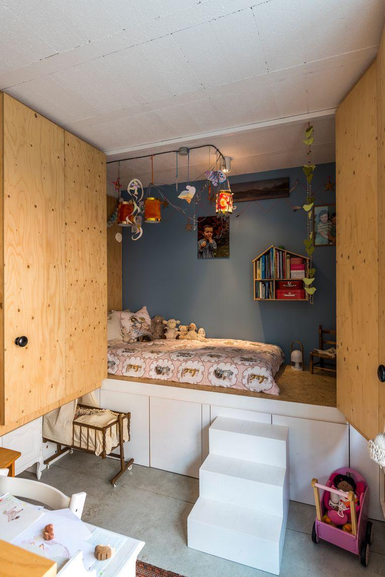 Heidi: 'Na Emmylous geboorte heb ik mijn schildersatelier omgebouwd tot een speel- en slaaphoek. Haar bed zit verstopt in een alkoof. Naast en onder het slaapplatform zit extra kastruimte verborgen.' Beeld Luc Roymans
