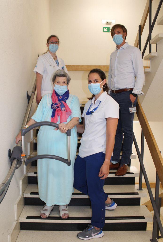 We zien patiënte Mariëtte De Smet, dr. Gretel Descheemaeker, kinesiste Justine en verpleegkundig directeur Matthijs Samyn