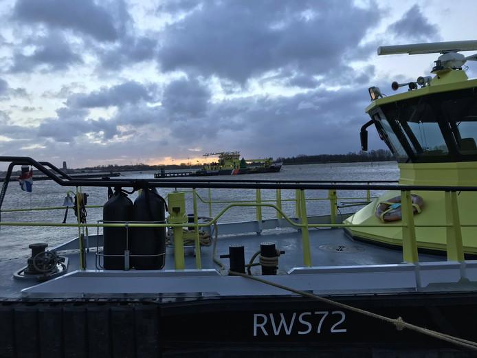 Verkeersleiders van Rijkswaterstaat op de Waal bij Haaften