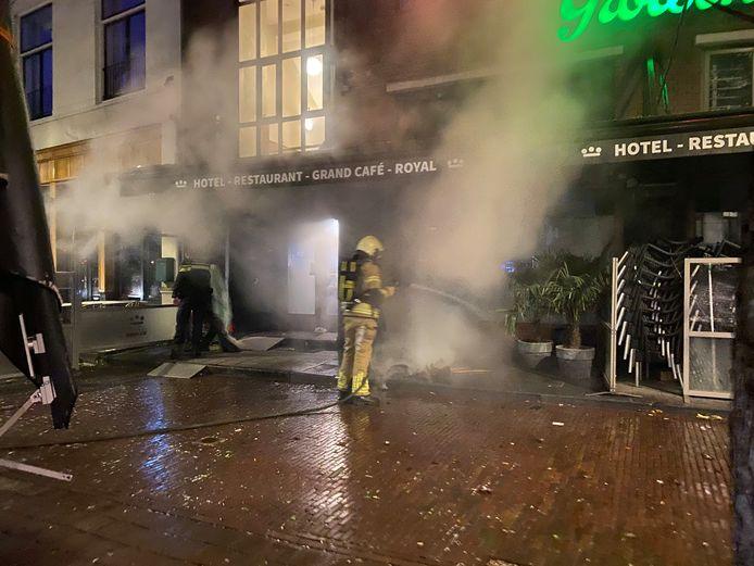 De brandweer blust het terras voor het hotel op de Brink.