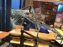 De auto belandde midden in het zitgedeelte van het restaurant