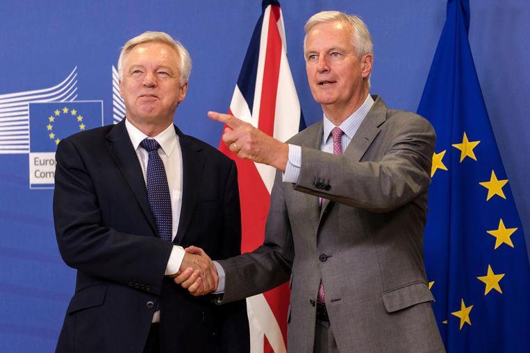 Brexit-secretaris David Davis en EU-hoofdonderhandelaar Michel Barnier (rechts). Beeld AP