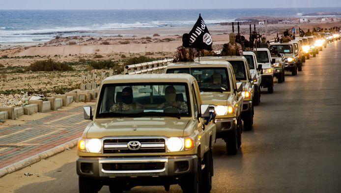 Een beeld uit een propagandavideo van IS toont hoe jihadi's in konvooi rondrijden in Sirte.