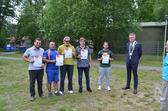 Burgemeester Hans Janssen van Oisterwijk overhandigde deze week certificaten aan asielzoekers die zich voor de Oisterwijkse samenleving hebben ingezet