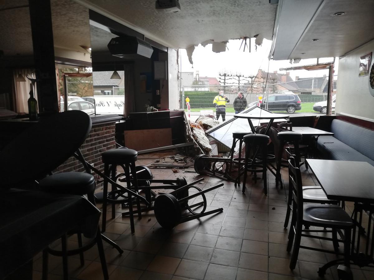 Losgekomen aanhangwagen belandt in café.