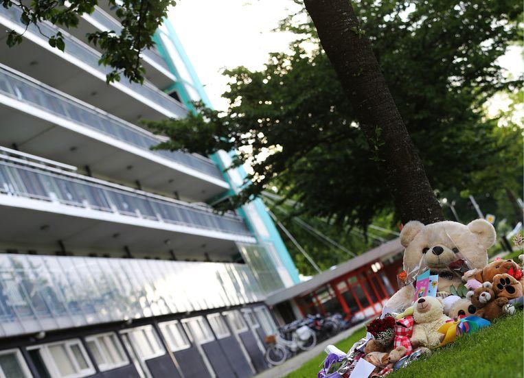 Bloemen en knuffels op de plek onderaan de flat waar het levenloze lichaam Sharleyne is aangetroffen. Beeld ANP
