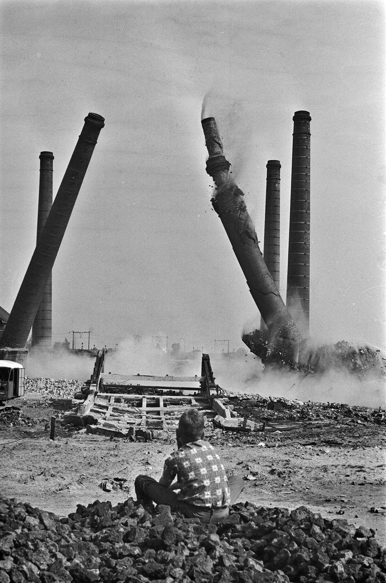 De schoorstenen van de Zuidergasfabriek worden gesloopt, 1965 Beeld anp