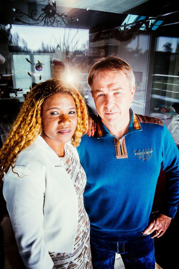 """Marie Bamutese en haar man, VRT-journalist Peter Verlinden: """"Marie en ik zijn geen evidente combinatie. En toch hebben we een heel sterke relatie."""" Beeld Stefaan Temmerman"""