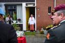 Kolonel Ludy de Vos (rode baret) overhandigt Eba Huwaë in Wierden militaire onderscheidingen voor haar inmiddels overleden echtgenoot en KNIL-soldaat Lucas Huwaë.