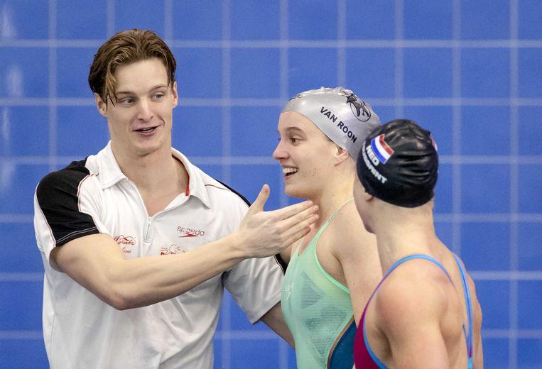 Thom de Boer (l) feliciteert Valerie van Roon na finales, waarbij ze zich beiden kwalificeren voor de de 50 meter vrije slag tijdens de Rotterdam Qualification Meet waar gestreden wordt om een ticket voor de Olympische Spelen van Tokio. Rechts Kira Toussaint. Beeld ANP