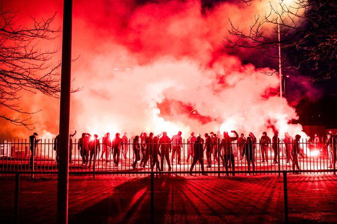 Supporters bij de GelreDome.