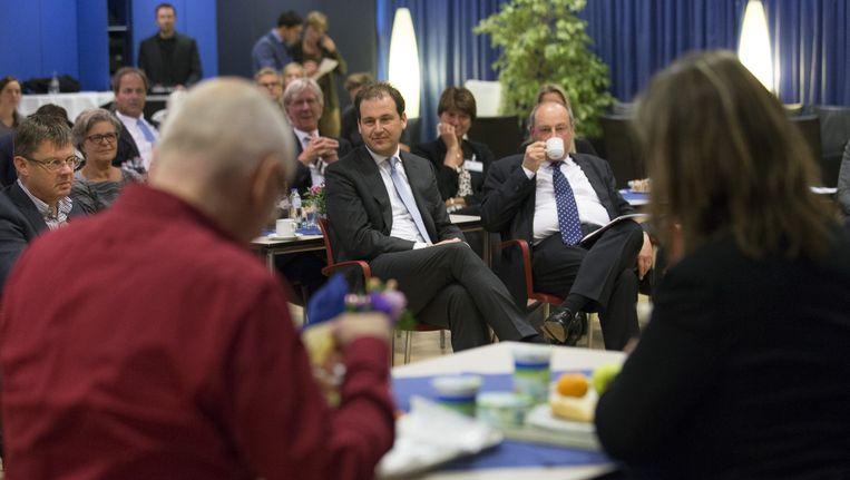 Minister van Sociale Zaken en Werkgelegenheid Lodewijk Asscher kijkt in het Amphia ziekenhuis in Breda naar een theaterstuk over pesten op de werkvloer tijdens de aftrap voor de landelijke campagne. Beeld anp