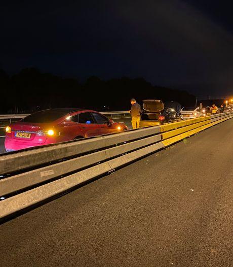 Losgeschoten vrachtwagenband richt spoor van vernieling aan op A1