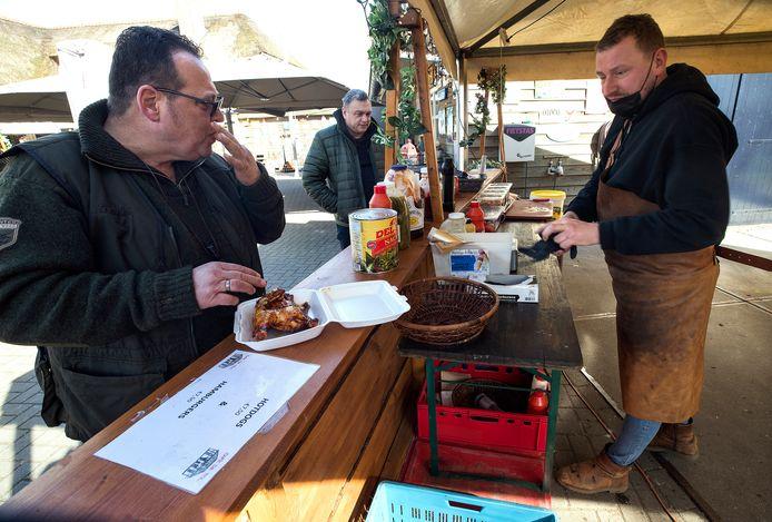 Albert Schreuder (links) geniet van een kippetje bij eetcafé De Tol in Zelhem. ,,Je wil positiviteit blijven uitstralen. En contact houden met de mensen, dat is heel belangrijk'', zegt eigenaar Remon te Brake (rechts).