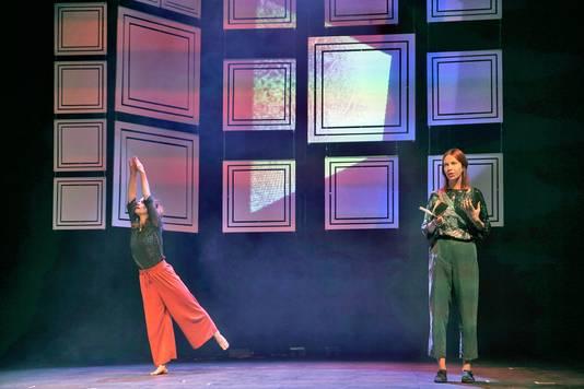 Merel van Slobbe draagt haar werk voor, ondersteund door danseres Beatrix Joyce.