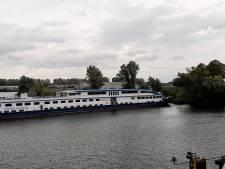 Passagiersschip scheef voor de Trierbrug