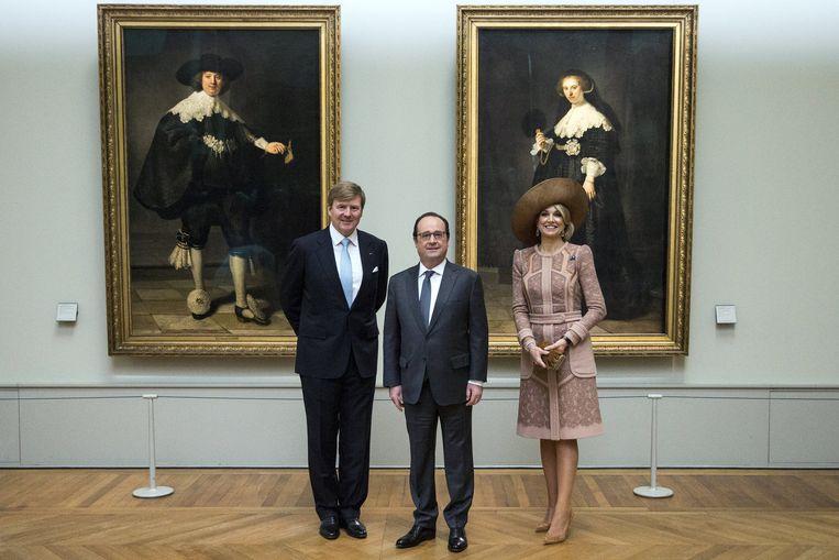 Francois Hollande en het koninklijk paar voor de Rembrandts, waar afgelopen maanden veel om te doen is geweest. De komende drie maanden hangen de portretten in Parijs en daarna gaan ze begin juli naar het Rijksmuseum in Amsterdam. Beeld reuters