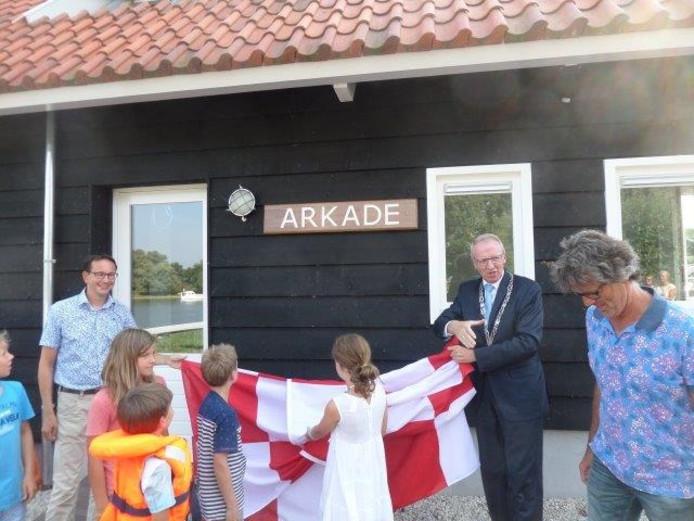 Burgemeester Arie Noordergraaf opende het nieuwe clubgebouw.