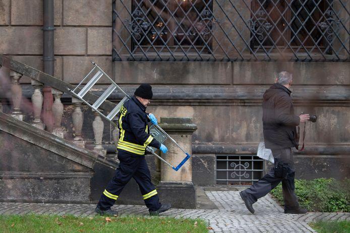 De inbrekers gebruikten het hydraulische apparaat om de tralies aan de onderzijde uit elkaar te duwen. Zo konden ze via het raam naar binnen.