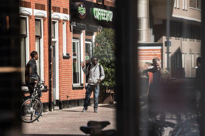Waar coffeeshops wel zijn toegestaan in de drie grote Twentse steden, zoals hier The Edge in de binnenstad van Enschede, kiest Oldenzaal voor het vasthouden van de zogenoemde nullijn.