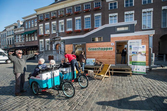 De Greenhopper trekt sinds enkele jaren door Breda. Onder meer vrijwilligers  van BRES informeren inwoners zo over het duurzamer maken van de eigen woning.