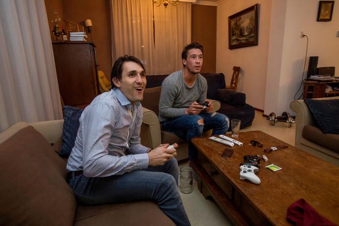 Camille van Emstede (links) en Arjen Lodewijks spelen een potje FIFA17 op de Playstation.