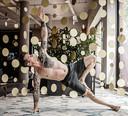 Sebastiaan Nederhoed demonstreert een oefening in functioneel yoga.