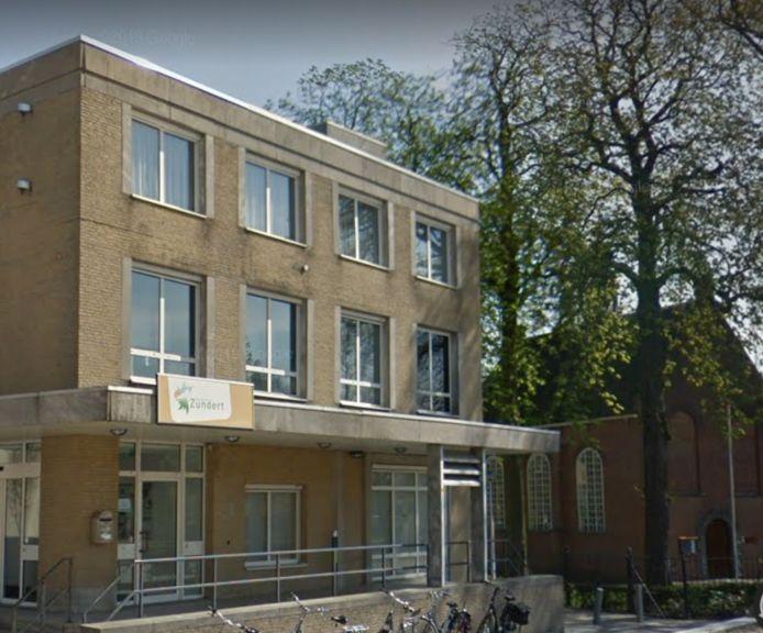 De oude Rabobank ligt naast het Van Goghkerkje