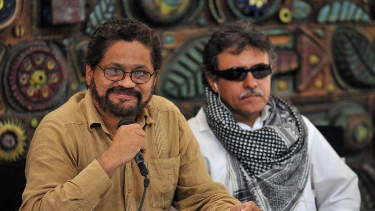 Farc-onderhandelaars Ivan Marquez (L) and Jesus Santrich geven een persconferentie in Havana op 21 maart Beeld ANP