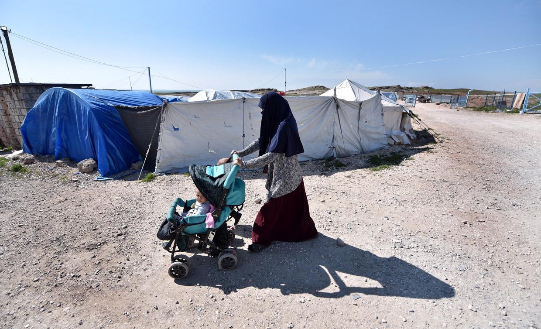 Een vrouw en haar kinderen in het Koerdische kamp Al Roj. Psycholoog Gerrit Loots bezocht het kamp voor zijn onderzoek naar de kinderen van Syrië-gangers. Beeld EPA