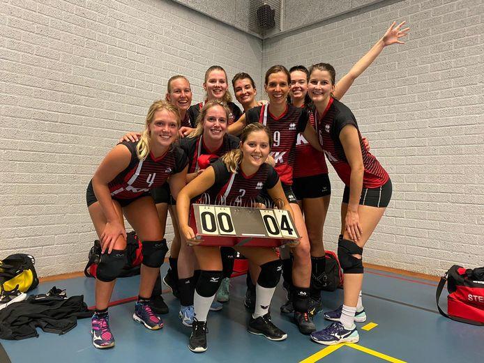 De volleybalsters van Stevo vieren de zege bij BOK.
