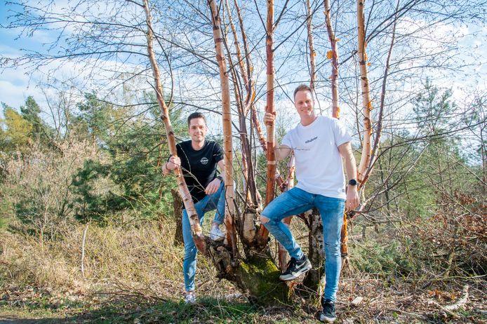 Harderwijkers Paul van Renselaar (zwart shirt) en Arnout Vrieling lanceren een duurzame kledinglijn: ohdeer. Voor elk verkocht kledingstuk laten ze een boom planten in Costa Rica.
