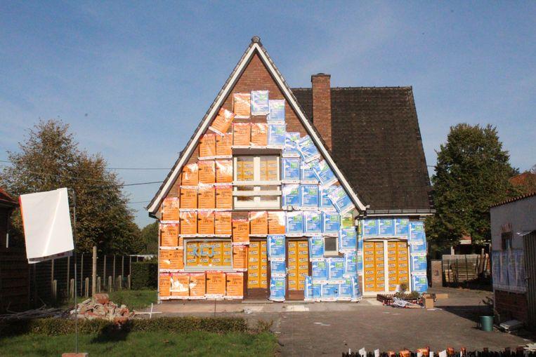Het huis werd aan de buitenkant vol geplakt met affiches van de komende KLJ-fuif