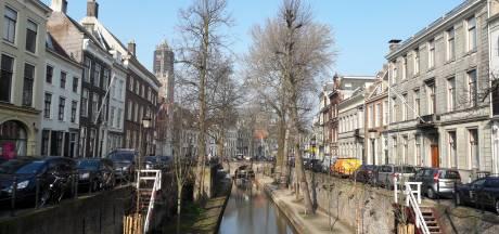 Eeuwenoude werfkelder mogelijk beschadigd door loodzware betonwagen op Utrechtse gracht