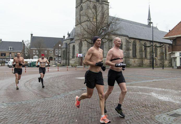 De atleten Steven Zwerink (rechts) en zijn drie kameraden lopen in met ontkleed bovenlijf de halve marathon van Sint Isidorushoeve naar het Rutbeek voor cold4cure.